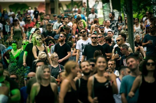 Audioriver to jeden z najważniejszych festiwali muzycznych w Polsce, który charakteryzuje się nie tylko różnorodnym programem muzycznym, ale również wyjątkowym klimatem i niezwykłą lokalizacją. To tutaj można jednocześnie zobaczyć najsłynniejszych na świecie artystów związanych z muzyką elektroniczną, a także wykonawców ocierających się alternatywę, pop, rock czy hip-hop. To trzy dni na plaży i blisko sto koncertów na kilku scenach muzycznych. Lineup tegorocznej edycji wypełnia się w bardzo szybkim tempie. Scenę techno zasilą m.in. Maceo Plex i Tommy Four Seven, wśród elektronicznych podróżników znaleźli się John Talabot, Maribou State oraz KAMP!, natomiast do grona artystów gatunku drum&bass dołącza DLR i Doc Scott.   Główna część wydarzenia odbywa się na malowniczej plaży nad Wisłą, a darmowa część dzienna gości na zabytkowym Rynku Starego Miasta w Płocku. Trzeci dzień festiwalu to kilkanaście godzin muzyki i odpoczynku w pięknie zaadaptowanym parku, również w samym centrum miasta.  Gdzie i kiedy? ul. Rybaki 8, Płock, od 27 lipca (piątek) do 29 lipca (niedziela)  Bilety ciągle są w sprzedaży. Ceny zaczynają się od 149 zł.