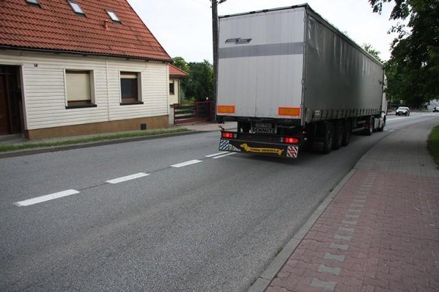 W tym miejscu w Międzyborzu na ulicy Wrocławskiej przed posesją Joanny Ostrowskiej doszło dziś do groźnego wypadku.Kilka tygodni temu pisaliśmy o apelu Joanny Ostrowskiej skierowanym do władz gminy o poprawę bezpieczeństwa na tej drodze, gdyż auta, zwłaszcza ciężarowe, nie respektują ograniczenia w tym miejscu prędkości do 40 km/h