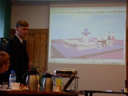 Przemysław Biesek prezentuje ostateczną wersję projektu fontanny, która wybudowana zostanie w centrum Czerska. Fot. Maria Sowisło