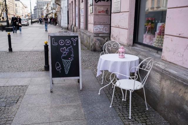 Restauracje będą mogły zapraszać gości od 15 maja, jednak początkowo wyłącznie na świeżym powietrzu: w ogródkach. Wewnątrz restauracji zjeść będzie można od 29 maja, ale obowiązywać będzie limit obłożenia - zajęta będzie mogła być jedynie połowa stolików.
