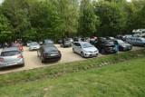 Tłumy w Myśliborzu, na leśnym parkingu brak miejsc! Ludzie mają dość izolacji [ZDJĘCIA]