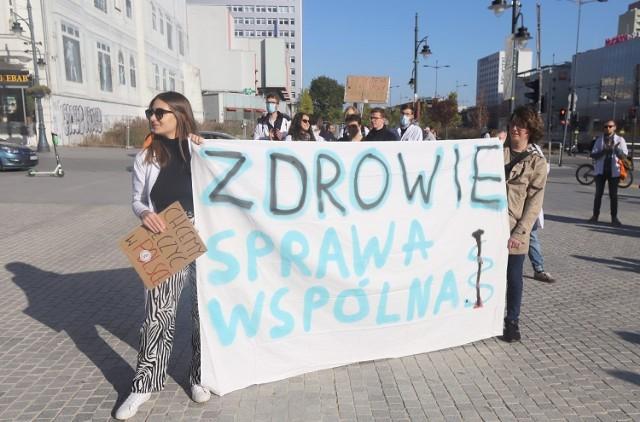 """W sobotnie popołudnie w Łodzi odbyła się demonstracja solidarności z protestującymi medykami. Udział wzięli młodzi ludzie: studenci medycyny, lekarze, a także inne osoby związane z medycyną.   Młodzi ludzie chcieli w ten sposób zadeklarować swoje poparcie dla medyków, którzy od września protestują w Warszawie. Uczestnicy akcji zabrali ze sobą transparenty z hasłami: """"Wszyscy jesteśmy pacjentami"""", """"Zdrowie sprawa wspólna?"""" czy """"Wspieramy białe miasteczko 2.0"""".  Czytaj dalej"""