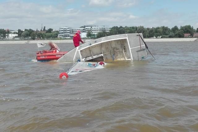 W niedzielę, 5 lipca, na Wiśle w Toruniu doszło do niebezpiecznego zdarzenia. Na rzece przewróciła się żaglówka. Dwóch mężczyzn wpadło do wody. Na szczęście dzięki szybkiej interwencji funkcjonariuszy nic poważnego im się nie stało.   Toruń: Niebezpieczny wypadek na Wiśle. Mężczyźni wpadli do wody! ZDJĘCIA