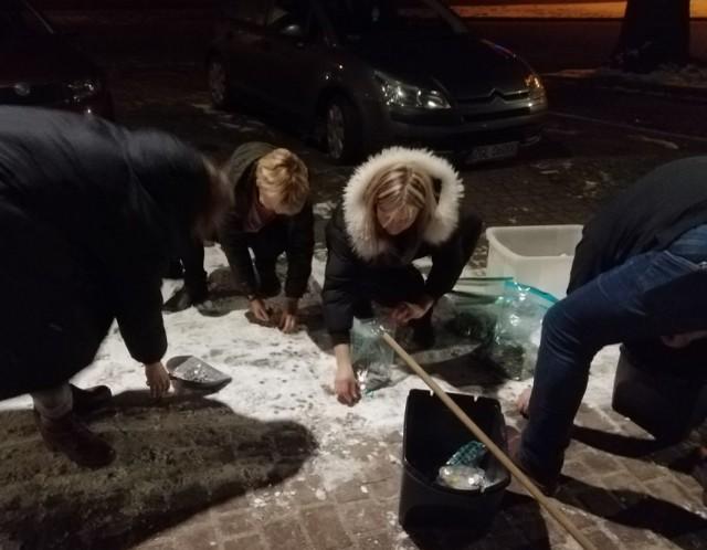 Przed sztabem WOŚP w Goleniowie pieniądze zbierano... zmiotkami z chodnika