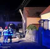 WSCHOWA. 22 - latek napił się wódki, a potem szarżował autem na ulicach powiatu wschowskiego. Skończył na słupie [ZDJĘCIA]