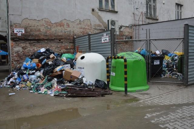 Hałdy śmieci zalegają pomiędzy kinem Nowe Horyzonty a pasażem Niepolda.
