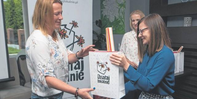 Jeden z nagrodzonych projektów zakładał utworzenie w Barninie miejsca spotkań i integracji dla mieszkańców. Na zdjęciu jego autorka Anna Naszydłowska (z lewej) i Marta Czerwińska