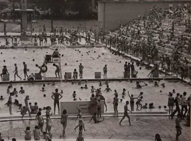 W upale nad wodą? To nie dzisiejsza moda. Wrocławianie od zawsze największe upały spędzają gromadnie na miejskich kąpieliskach. Wiele z nich już nie działa, większość przez ostatnie 30-40 przeszło gruntowne przemiany. Jak wyglądały kiedyś? Różanka, Kłokoczyce, Glinianki, Morskie Oko, Ślężna, Stadion Olimpijski... Zobaczcie, jak kiedyś wyglądały wrocławskie kąpieliska.Na pierwszym zdjęciu Basen Olimpijski -  rok 1982WAŻNE - DO KOLEJNYCH ZDJĘĆ MOŻNA PRZEJŚĆ ZA POMOCĄ GESTÓW LUB STRZAŁEK