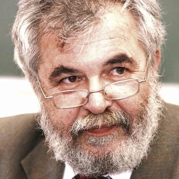 Dr hab. Walter Żelazny od 2006 roku był rektorem Wyższej Szkoły Społeczno-Gospodarczej w Tyczynie. Jest wykładowcą na Akademii Górniczo-Hutniczej w Krakowie. Autorem wielu książek i publikacji naukowych.