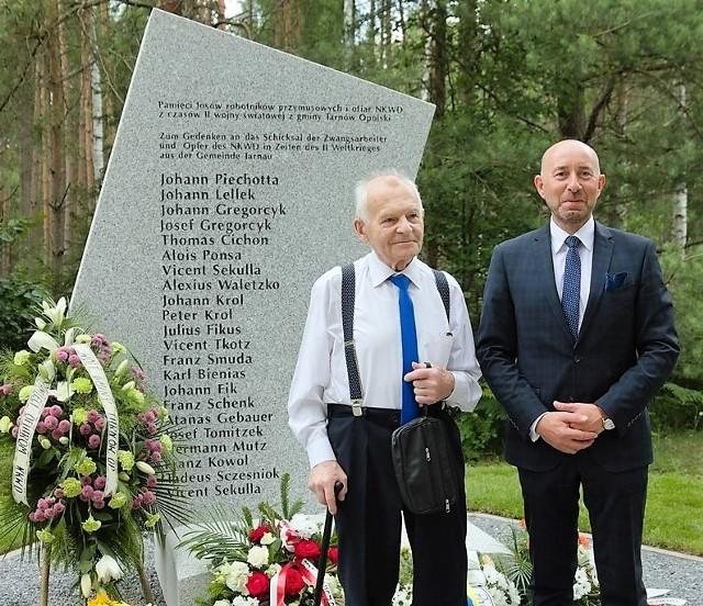 Przed pomnikiem Josef Waletzko Krzysztof Mutz, wójt gminy Tarnów Opolski.