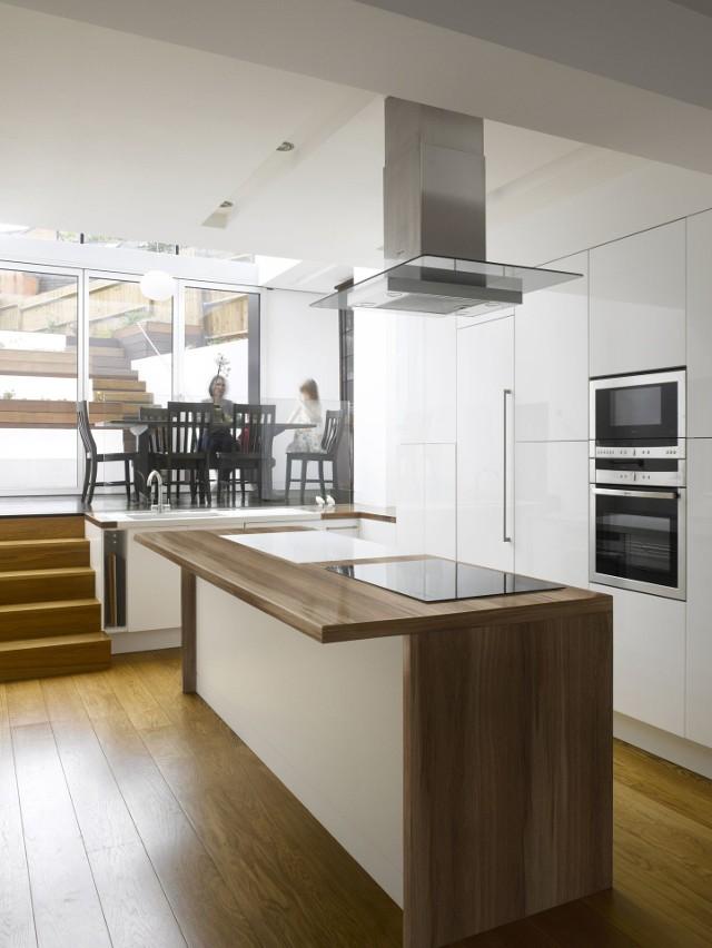 Drewniane podłogi nie wychodzą z mody - wymagają jednak starannej pielęgnacjiDobrze utrzymana i konserwowana drewniana podłoga sprawdzi się nawet w miejscach o niekorzystnych warunkach, na przykład z dużym natężeniu ruchu lub podwyższoną wilgotnością.