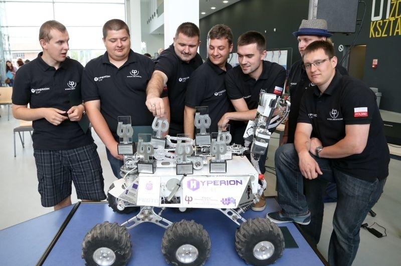 Studia w Białymstoku pozwalają się rozwijać - mówi Michał Grześ (trzeci od prawej). W ubiegłym roku jego drużyna po raz kolejny wygrała prestiżowe zawody marsjańskie w USA.