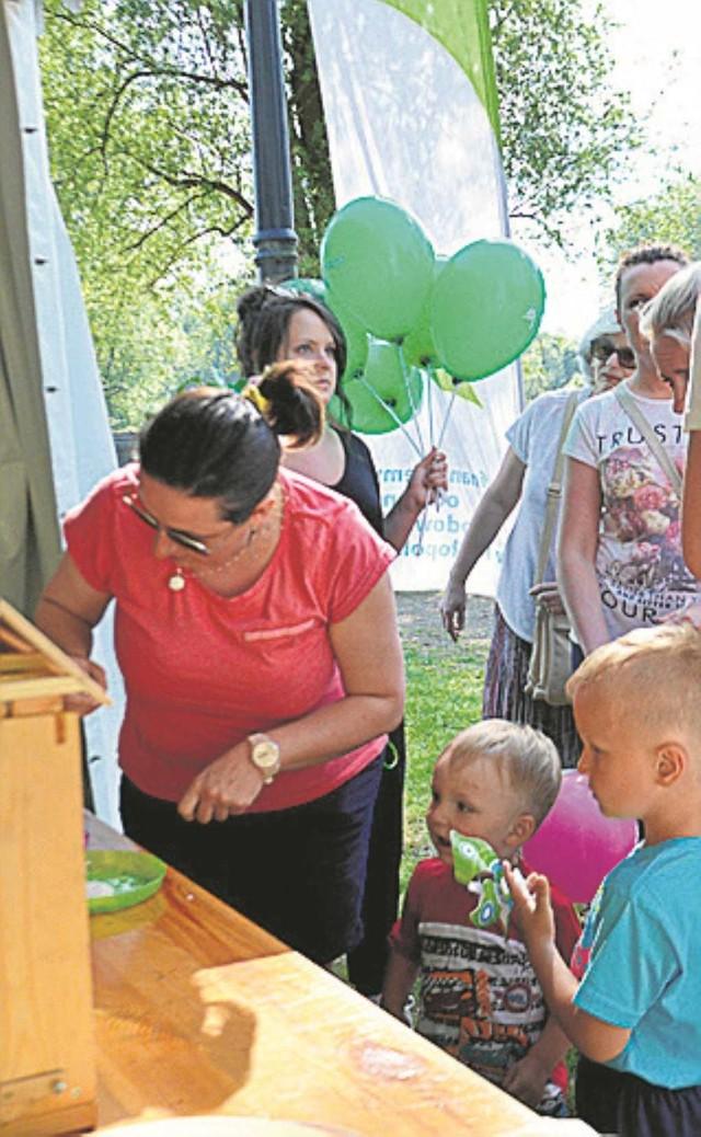 Dzieci z zainteresowaniem oglądały ramkę z pszczołami