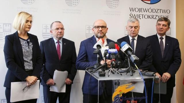 Od lewej: wicemarszałek Renata Janik, Marek Bogusławski, Mariusz Gosek, marszałek Andrzej Bętkowski, Andrzej Pruś.