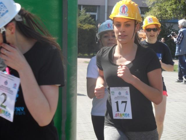 Biewg w Kasku: W ramach akcji Dziewczyny na politechniki nastolatki wzięły udział w biegu na 1 km w kaskach