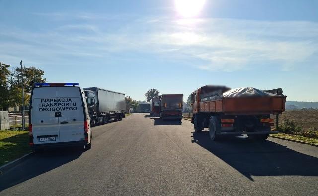 Opolscy inspektorzy zatrzymali 17 dowodów rejestracyjnych za zły stan pojazdów.