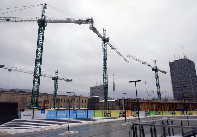 Przy budowie Bramy Miasta w Nowym Centrum Łodzi pracują cztery żurawie. Obecnie w całej Łodzi na placach budów stoi 60 żurawi. To rekord. Poprzedni rekord to 59 żurawi w 2014 r.