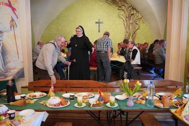 W ubiegłym roku poznański Caritas wspólnie z Siostrami Elżbietankami Prowincji Poznańskiej przygotował śniadanie wielkanocne dla 250 osób. Na stołach pojawił się żurek, tradycyjna biała kiełbasa, jajka. W tym roku z powodu koronawirusa te święta będą wyglądać inaczej