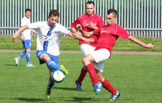 Unia Oświęcim (białe koszulki) i Sosnowianka ostatni raz o ligowe punkty walczyły w klasie okręgowej
