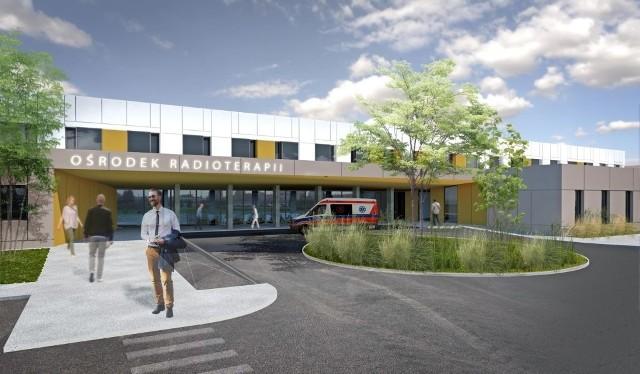 To jedna z najbardziej wyczekiwanych inwestycji medycznych na północy województwa lubuskiego. Ośrodek Radioterapii przy Wielospecjalistycznym Szpitalu Wojewódzkim w Gorzowie staje się faktem. Władze szpitala już wystąpiły z wnioskiem o pozwolenie na budowę ośrodka. Jego budowa ma pochłonąć ok. 65 mln złotych. Projekt budowlany już jest. Jeśli wszystko pójdzie zgodnie z planem to budowa rozpocznie się pod koniec tego roku. Właśnie trwają prace związane z wyłonieniem inwestora zastępczego. Szpital czeka też na pozwolenie na budowę. Jeśli wszystko pójdzie z planem pierwsi pacjenci będą przyjmowaniu już w grudniu 2018 r. - To będzie spora inwestycja sam budynek ma mieć ponad 5 tysięcy metrów kwadratowych. Ma to być miejsce, w którym o powrót do zdrowia będą walczyć osoby wymagające radioterapii. Tylko w tym roku tego sposobu leczenia wymagało ponad 300 osób, pacjentów naszego szpitala. Dziś muszą szukać pomocy w innych szpitalach. Także poza regionem. Ośrodek radioterapii na miejscu to zmieni. Szacujemy, że z naszego ośrodka skorzysta rocznie ok. 1000 osób – mówił dziś Jerzy Ostrouch podczas oficjalnej prezentacji Ośrodka Radioterapii.O budowę ośrodka radioterapii gorzowski szpital stara od 7 lat. Dziś już wiadomo, że będzie to inwestycja współfinansowana z Regionalnego Programu Operacyjnego Lubuskie 2020 (21 mln złotych), Narodowego Programu Zwalczania Chorób Nowotworowych (35 mln złotych). Cześć pieniędzy (8 mln złotych) dołoży Urząd Marszałkowski, a jeden milion ze swojego budżetu wygospodaruje szpital. - Budowa radioterapii to priorytet w regionie lubuskim. Na potrzebę realizacji projektu wskazują najgorsza dostępność do usług onkologicznych w kraju oraz diagnoza zawarta w dokumencie o nazwie Mapy Potrzeb Zdrowotnych w Zakresie Leczenia Onkologicznego. Dlatego jednoczymy siły i wszyscy robimy wszystko co w naszej mocy, by ośrodek radioterapii w Gorzowie powstał – mówiła podczas konferencji prasowej marszałek Elżbieta Anna Polak.Ośrodek radioterapii w Gorzowie ma sku
