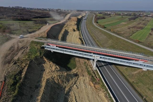 Obecnie na drodze ekspresowej S1 od Podwarpia do Pyrzowic jest budowana druga jezdnia. Dzięki temu po ukończeniu inwestycji będzie to droga dwupasmowa w obu kierunkach. Zdjęcia z października 2019r.