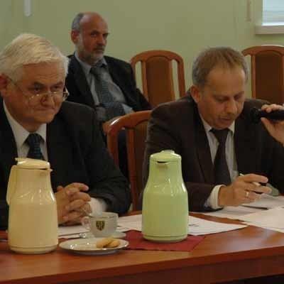 Marek Janas (z prawej) zadał we wtorek na sesji kilkadziesiąt pytań. Z lewej jego kolega z klubu PiS Leon Cuprych.