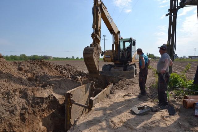 Rozbudowa kanalizacji w Kikole już się rozpoczęła. Przy sprzyjającej pogodzie szybko postępują prace ziemne.