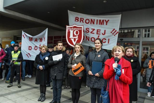 12.04.2019 Bydgoszcz. Protest nauczycieli przed kuratorium.