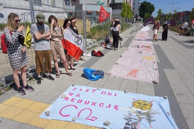 """""""Łódź nie zatonie"""" – takie główne hasło miała niedzielna demonstracja u zbiegu ul. Piotrkowskiej i al. Piłsudskiego. Zdaniem jej organizatorów (ogółem sześć formacji: ekologicznych, młodzieżowych oraz lewicowych), nasz region czeka raczej pustynnienie. Młodzież, najliczniej reprezentowana podczas pikiety, przygotowała banner o ponad stumetrowej szerokości ze swoimi postulatami."""