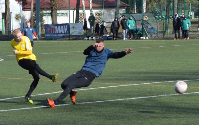 Falubaz Gran-Bud Zielona Góra w sobotę (23 lutego) pokonał w meczu sparingowym Pogoń Świebodzin 4:2 (2:2). Dwie bramki dla zwycięzców strzelił w drugiej połowie Bartosz Konieczny. Dla pokonanych bardzo ładnego gola z rzutu wolnego zdobył Michał Kramski. W pierwszej połowie Falubaz Gran-Bud Zielona Góra dwukrotnie wychodził na prowadzenie, a Pogoń Świebodzin dwukrotnie wyrównywała. Jako pierwszy na listę strzelców wpisał się Przemysław Mycan, uderzając piłkę głową. Do remisu doprowadził zaś Mateusz Świtała, zdobywając gola z ostrego kąta i przy sporej pomocy bramkarza Falubazu. Na 2:1 trafił, po rykoszecie, Aron Athenstadt. A po raz drugi wyrównał Michał Kramski, bardzo ładnie przymierzając z rzutu wolnego.Po przerwie bramki strzelał już tylko Falubaz, a konkretnie Bartosz Konieczny. Najpierw w polu karnym wykończył składną akcję zespołu przeprowadzoną lewym skrzydłem, a w ostatnich sekundach meczu po dośrodkowaniu z rzutu rożnego uderzeniem głowy ustalił wynik na 4:2.- Ogólnie szału nie było. Za dużo nerwowości. Na treningu cały czas ćwiczymy pewne zachowania, natomiast w meczu, za nerwowo, za szybko chcemy gdzieś otwierać już podanie do bramki. Momenty były fajne, momenty naprawdę dobre, ale generalnie trzeba lepiej grać - ocenił Andrzej Sawicki, trener Falubazu Gran-Budu Zielona Góra.- Generalnie podobała mi się gra mojego zespołu. Muszę przyznać, że chłopcy wykonali kawał dobrej roboty. Przeciwnik troszeczkę inny niż ten, z którym graliśmy do tej pory... Myślę, że fajnie się zaprezentowali, dużo młodych chłopaków. Oby tak dalej - skomentował Tomasz Sobczak, trener Pogoni Świebodzin.