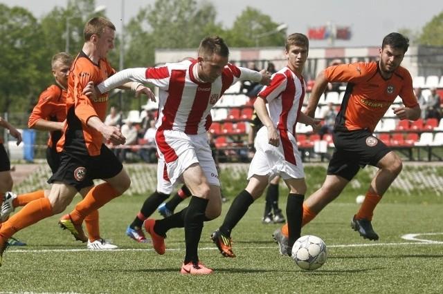 Resovia II (biało-czerwone stroje) pokonała Żurawiankę 4-1.