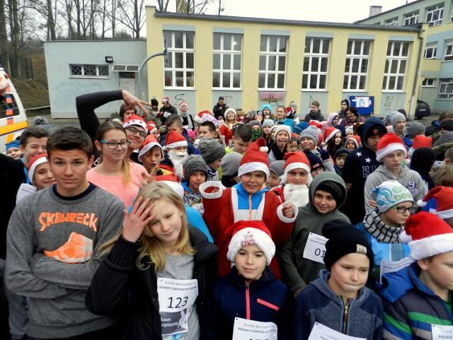"""We wtorek, 6 grudnia, w Zespole Szkół nr 6 przy ulicy Gwiaździstej w Gorzowie odbył się III Słoneczny Bieg Uliczny """"Biegam z Szóstką po zdrowie"""", który tym razem miał charakter mikołajkowy. Udział w biegu wzięło 250 zawodników i zawodniczek. Organizatorem wydarzenia byli uczniowie, rada rodziców i grono pedagogiczne szkoły, a realizowany był w ramach rządowego programu ograniczania przestępczości i aspołecznych zachowań """"Razem Bezpieczniej im. Władysława Stasiaka na lata 2016 i 2017"""".Do udziału w biegu zaproszono wszystkich chętnych, bez względu na wiek. Bieg przeprowadzony został na terenie osiedla Słonecznego ulicami: Gwiaździsta, Olimpijska, Słoneczna. 0Start i meta biegu były na boisku szkolnym Zespołu Szkół nr 6. O godz.11:45 uczestnicy biegu wspólnie rozgrzali się przed biegiem w rytmach Latino, których rozkołysała i dodała pozytywnej energii szkolna grupa fitness. Chwilę później, uczestnicy Słonecznego Biegu wystartowali i """"Pobiegli z Szóstką po zdrowie"""" na dystansie ok. 3 km. - To impreza nie tylko dla zawodowców, ale także amatorów, bowiem dystans 3 km jest do pokonania dla każdego - mówi koordynator biegu p. Izabela Więckowska.Organizatorzy dołożyli  wszelkich starań, aby zarówno atmosfera biegu, dobra organizacja oraz specjalnie przygotowana trasa, zapewniły uczestnikom rezultaty sportowe, które spełnią ich ambicje.- Wszyscy będziemy zwycięzcami, gdyż biegniemy po zdrowie - tak przed biegiem stwierdzili Rodzice i Uczniowie Zespołu Szkół  nr 6.Koordynatorzy Słonecznego Biegu Ulicznego zadbali o to, by każdy ugasił swoje pragnienie i otrzymał zdrowy, słodki poczęstunek na linii mety. Każdy uczestnik biegu został nagrodzony pamiątkowym medalem. Ale to nie koniec atrakcji. W ramach imprezy przygotowano także działania informacyjno-edukacyjne tj. broszury dotyczące uzależnień fizycznych, psychicznych i społecznych dzieci i młodzieży, które były rozdawane uczestnikom biegu i okolicznej ludności. Społeczność szkolna przygotowała także plakaty promujące zdrowy tr"""