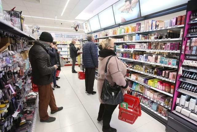 Drogerie i perfumerie w kwietniu 2021 przygotowały wyjątkowe promocje na perfumy. Wiele kultowych zapachów kupimy nawet o 200 złotych taniej. Sklepy obniżyły ceny takich marek jak Armani, Hugo Boss, Tommy Hilfiger czy KENZO. Zobaczcie, gdzie kupicie ulubione perfumy z rabatem ponad 50 proc. Spieszcie się. Promocje nie będą trwały wiecznie. Najpopularniejsze marki znikają w ekspresowym tempie. Czytaj dalej. Przesuwaj zdjęcia w prawo - naciśnij strzałkę lub przycisk NASTĘPNE