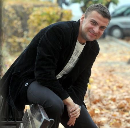 Radosław Zawicki. Ma 29 lat. Kawaler. Mieszka i prowadzi własna firmę marketingową w Zielonej Górze. Oprócz tego zajmuje się sędziowaniem na szczeblu wojewódzkim.