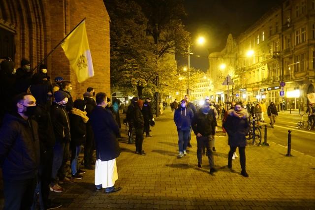 W niedzielę wieczorem na placu Wolności w Poznaniu odbyła się kolejna manifestacja po wyroku Trybunału Konstytucyjnego w sprawie aborcji. Potem uczestnicy protestu przeszli pod Wielkopolski Urząd Wojewódzki i tam złożyli kwiaty oraz zapalili znicze.Kolejne zdjęcie --->