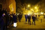 """""""To jest wojna"""". Kolejna manifestacja na placu Wolności w Poznaniu. Uczestnicy przeszli pod siedzibę wojewody. Zobacz zdjęcia!"""