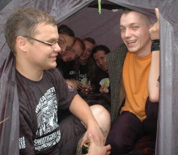 Namiot chroni przed deszczem, a w namiocie karciana partyjka. W takich warunkach nawet ulewa nie straszna.