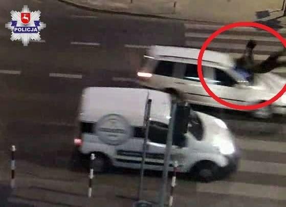 Tomaszów Lubelski: Kierowca volkswagena potrącił kobietę na przejściu dla pieszych. Policjanci zatrzymali mu prawo jazdy (WIDEO)