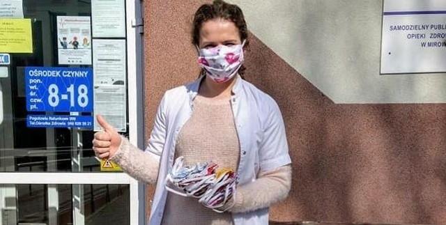 Ilona Kępa przekazała ośrodkowi zdrowia w Mirowie uszyte własnoręcznie maseczki.