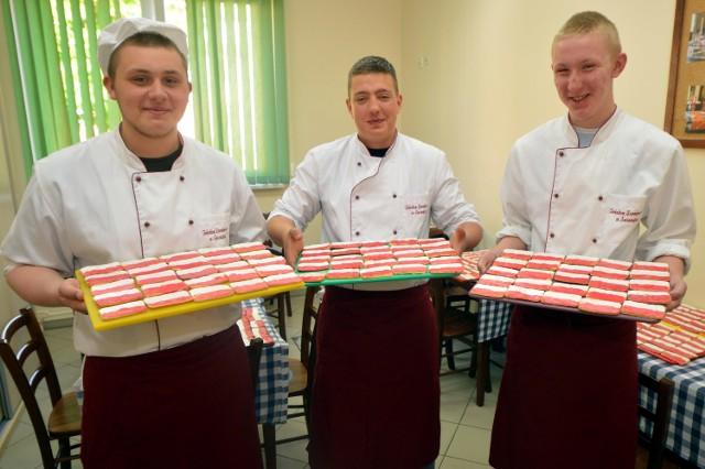 400 ciasteczek dla patriotów przygotowali uczniowie Technikum Żywienia w Świnoujściu.