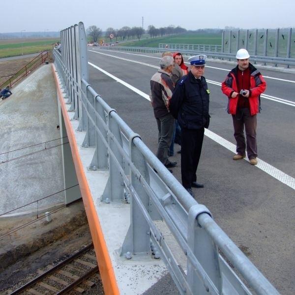 Oddanie wiaduktu do użytku to jednak nie koniec prac na tym odcinku. Wykonawca musi jeszcze rozebrać drogę, którą ułożył na czas budowy.