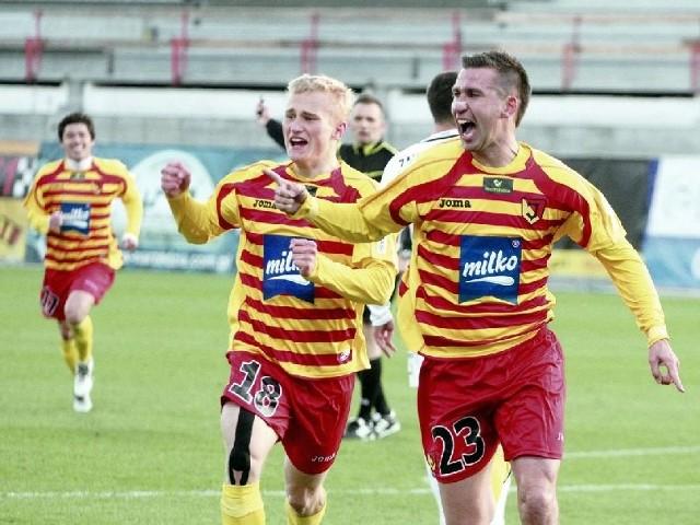 (z prawej) cieszy się po golu, który dał Jagiellonii trzy punkty w meczu z Arką