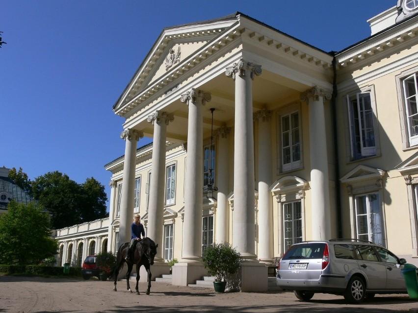 Siedzibą władz spółki jest zabytkowy pałac w Walewicach