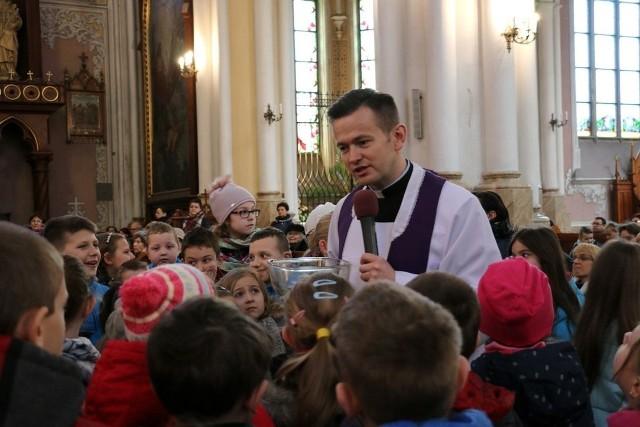 Ksiądz doktor Grzegorz Zieliński pracuje na radomskim uniwersytecie. Jest również wikariuszem w radomskiej katedrze.