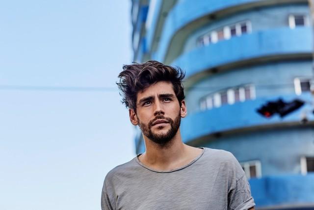 """Alvaro Soler to synonim sukcesu w mainstreamowej muzyce rozrywkowej. Wystarczy rzucić okiem na popularność jego teledysków: w samym tylko serwisie YouTube wspomniane piosenki """"Sofia"""", """"El Mismo Sol"""" oraz """"La Cintura"""" zostały obejrzana łącznie już 900 milionów razy!"""