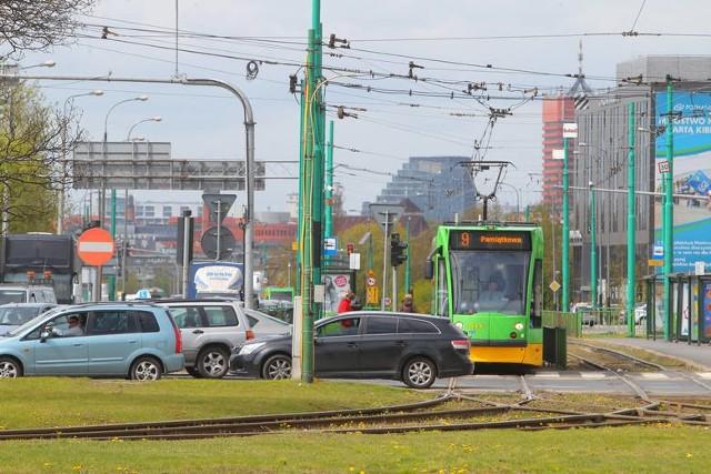 """24 czerwca rozpocznie się kolejny remont na poznańskich torach. Do końca wakacji ekipy będą pracować na ul. Królowej Jadwigi. Trasy zmieni pięć linii tramwajowych, kursowanie pięciu zostanie zawieszone (trzy - w związku z remontem, dwie - w związku z wprowadzeniem letniego rozkładu jazdy). Uruchomiona zostanie również autobusowa linia """"za tramwaj"""". Jak będą wyglądać zmiany? Sprawdź!"""