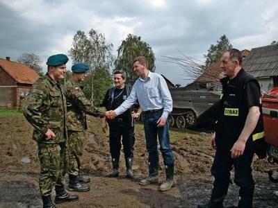 Pożegnanie z żołnierzami, od lewej: Grzegorz Drozd, Rafał Chmura, Krzysztof Sury, Szymon Łytek, Andrzej Mach FOT. EWA TYRPA