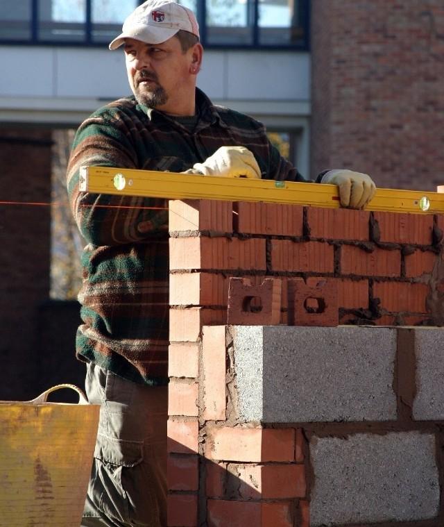 Coraz więcej ofert pracy zgłaszaja firmy budowlane