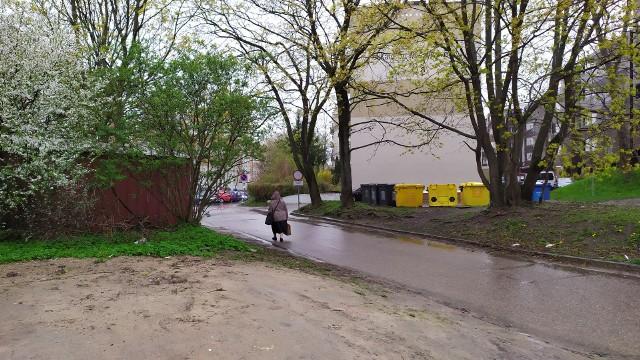 Brak chodnika i nieutwardzony dziki parking. To codzienne problemy mieszkańców bloków przy ulicy Sosnowskiego.