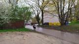 Białystok. Brak chodnika i błotnisty parking przy ulicy Sosnowskiego. Magistrat na razie nie zamierza jej modernizować